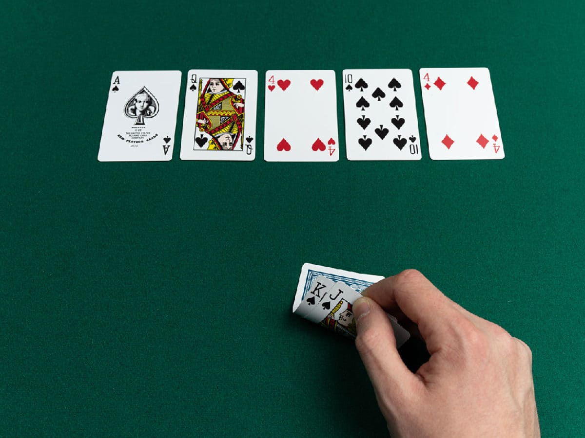 Special Tricks To Easily Win Playing Gambling On Online Poker Sites